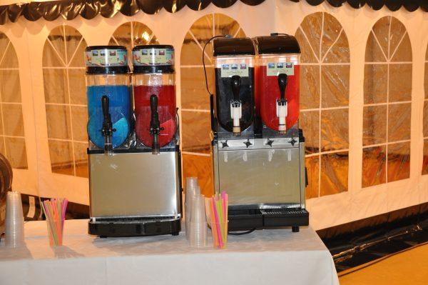 Slush-ice maskine incl. 4 l saft, krus og sugerør