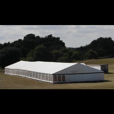 Du ser her et stort telt i hvid fra mærket Kibæk, som kan lejes hos Tommy Telt