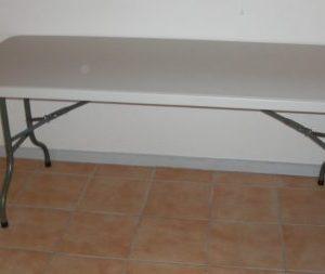 På billedet er et fint aflangt bord med hvid plastikplade og stålben.