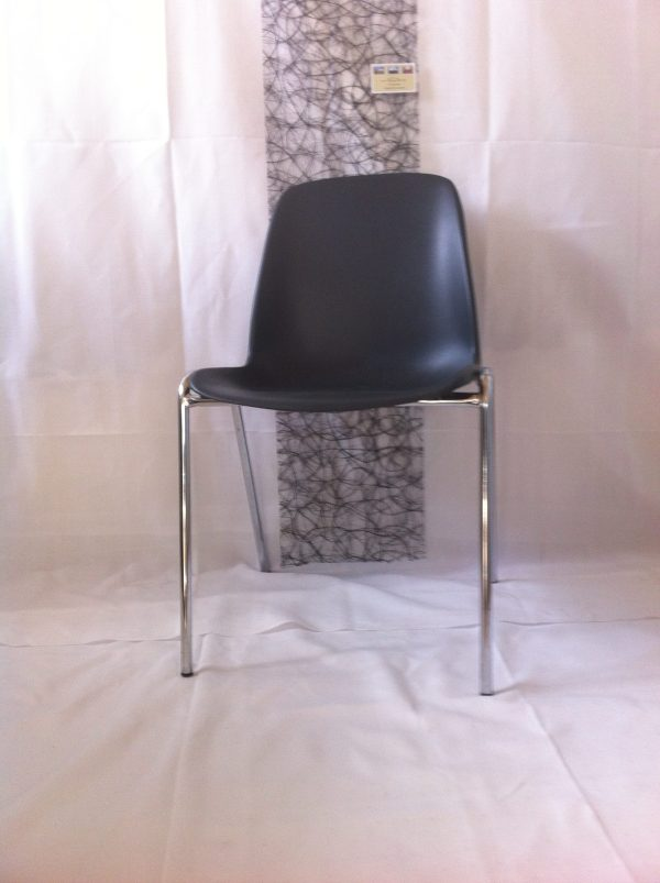 På billedet er en sort stabelstole med stålben fra Tommy Telt.