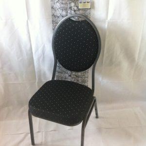 En flot banquetstol i sort overtræk med hvide prikker på. Et klassisk stilfuldt og yndigt mønster.
