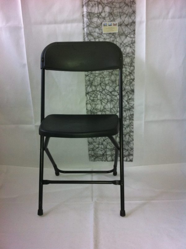 Klapstole sorte er en sort stol, der kan foldes sammen og slås ud. Farven er sort og der er et ryglæn.