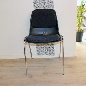 Billedet viser Polstret stol fra Tommy Telt, som udlejer stole og borde til festen.