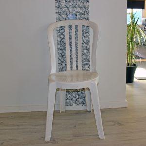 På billedet ser du Caféstole hvid plast. Lej caféstole.