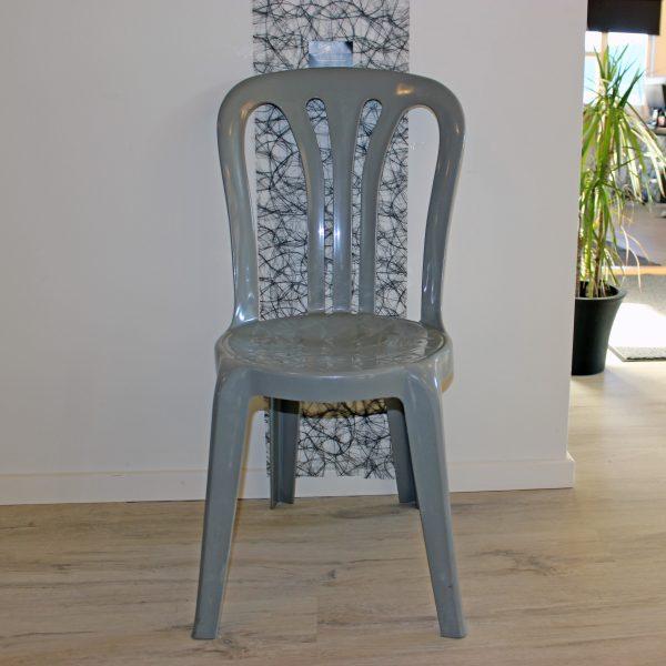 Billedet viser caféstole i grå plast. God siddekomfort og solidt ryglæn.