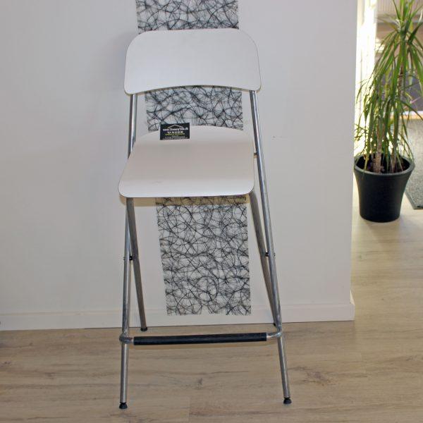 En flot barstol hvid fra Tommy Telt.