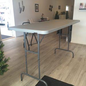 Flot hæve-sænkebord fra Tommytelt til udlejning. Bord 76x180 cm (hæve-/sænkebord)