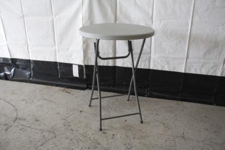 Cafébord Højt Cafébord fra Tommy Telt med hvid plastikbordplade og stålstel.