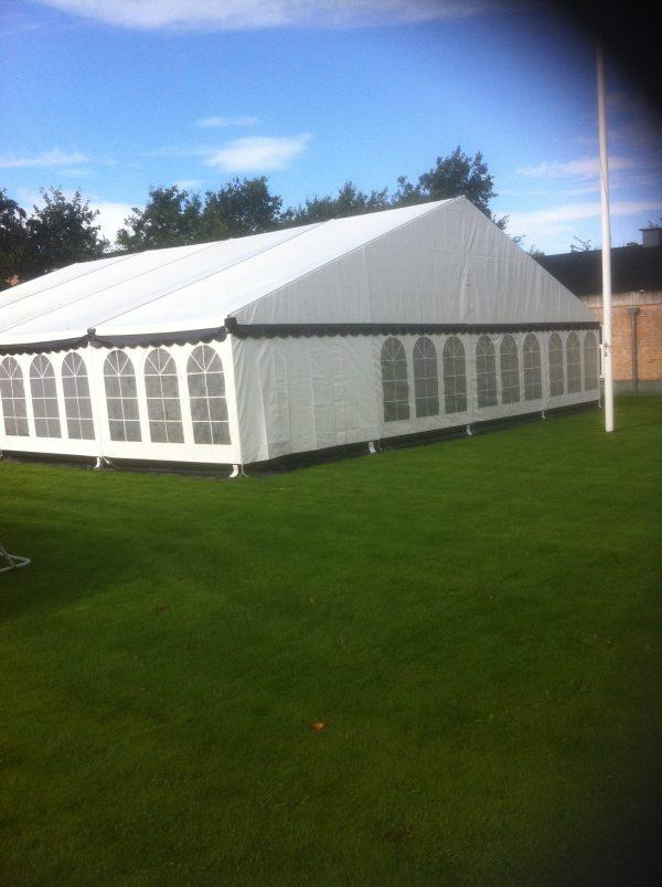Du ser et hvidt telt 9x15 fra Tommy Telt.