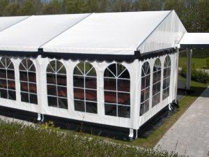 Hvid telt 6x9 med flot tag og sorte tunger og jordslag.