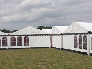 Et flot hvidt telt 6x15 meter fra Tommy Telt med tag og sorte tunger.