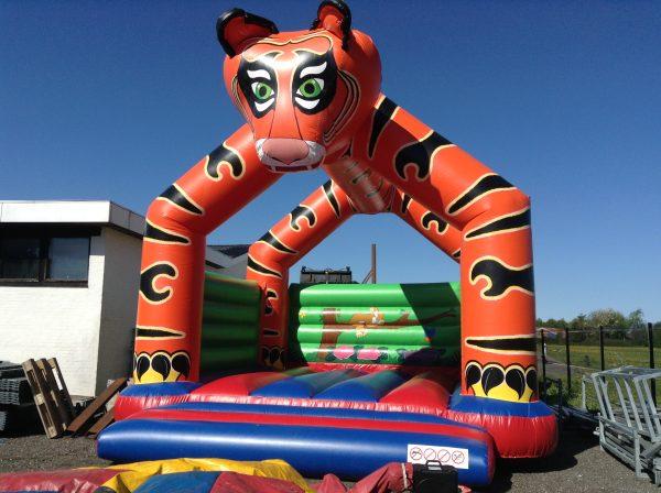 Hoppeborg Tiger ses her i farvene orange, grøn, blå og rød