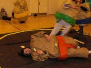 Her ses Lej sumodragt med Tommy Telt i to sumodragter med henholdsvis et grønt og rødt bælte
