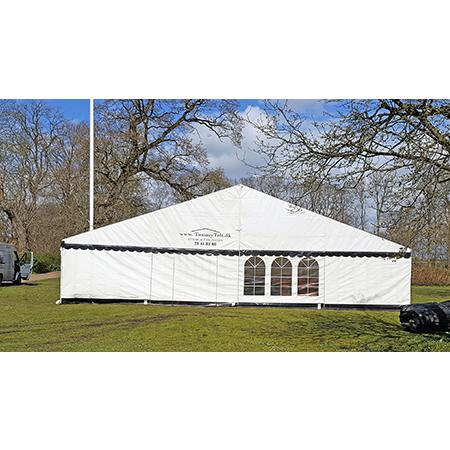 Stort telt 12x12 i hvid med sorte tunger og jordslag fra Tommy Telt.