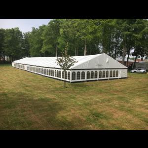 Her ses et flot stort festtelt fra tommy telt i farven hvid og af mærket kibæk