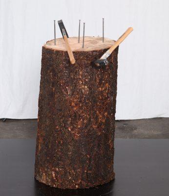 Træstamme i brun og med søm i er vores sømblok. Køb sømblok ved Tommy Telt.