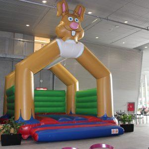 Lej en hoppeborg hos tommy telt med kanin på og grønne vægge.