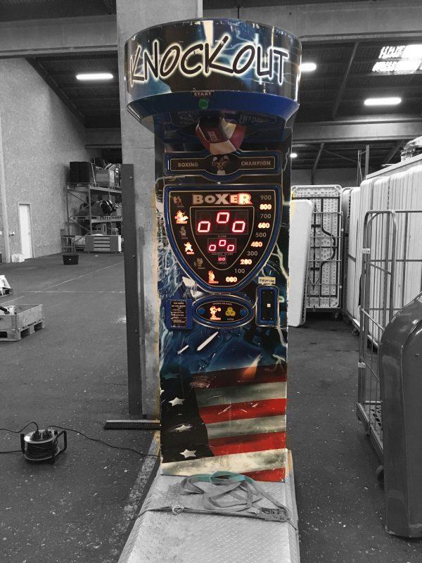 Vælg leje af boksebold og få denne flotte bokseboldmaskine i blå, sort, rød og hvid med metalplade til at stå på