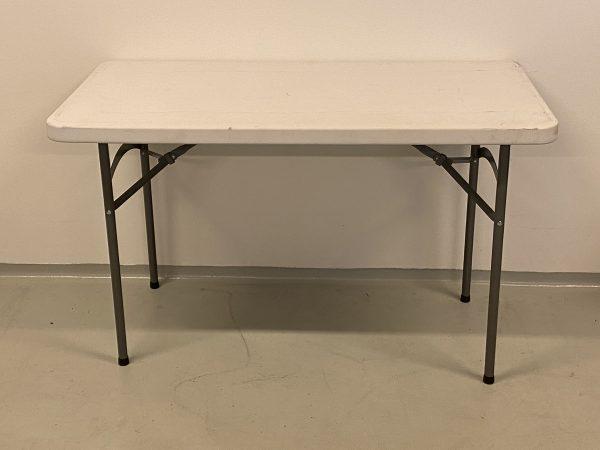 På billedet er et eksamensbord fra Tommytelt. Det er gråt og har stålben.