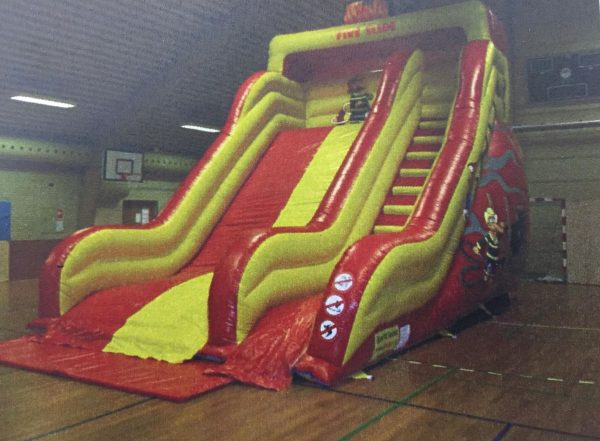 Se den sjove hoppeborg fire slide i rød og gul - ildens farver